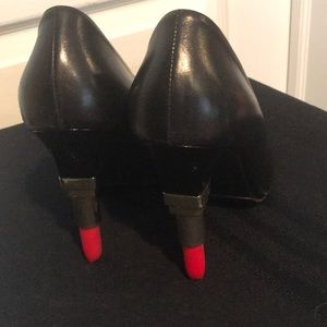 Unusual black lipstick heeled pumps